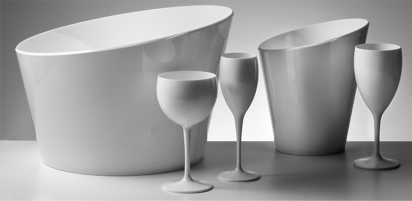 Witte ijsemmers en witte plastic champagneglazen